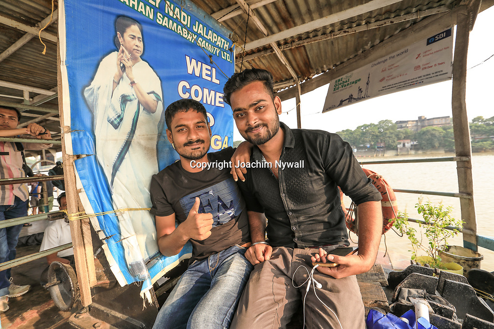 20171028 Kolkata Calcutta Indien<br /> Kumartuli folkliv<br /> På passagerare färjan som transporterar folk kors och tvärs över Ganges eller Hooghly floden<br /> <br /> ----<br /> FOTO : JOACHIM NYWALL KOD 0708840825_1<br /> COPYRIGHT JOACHIM NYWALL<br /> <br /> ***BETALBILD***<br /> Redovisas till <br /> NYWALL MEDIA AB<br /> Strandgatan 30<br /> 461 31 Trollhättan<br /> Prislista enl BLF , om inget annat avtalas.