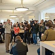 Er was veel belangstelling van de pers voor de pers preview van de Apple Store. Bob Bridger - vice president real estate and development van Apple - heette de pers welkom. De eerste officiele Apple Store van Nederland opent zaterdag haar deuren voor het publiek aan het Leidsep[lein te Amsterdam. Foto JOVIP/JOHN VAN IPEREN