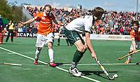 BLOEMENDAAL - HOCKEY - Hidde Turkstra met Matthew Swann (l)  tijdens de play offs hoofdklasse hockeywedstrijd tussen de mannen van Bloemendaal en Rotterdam (1-4) . Rotterdam door naar de finale. FOTO KOEN SUYK