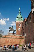 Pomnik Tadeusza Kościuszki na Wawelu, w tle Wieża Zygmuntowska, Kraków, Polska<br /> Monument to Tadeusz Kościuszko in Wawel Castle, Sigismund Tower in the background, Cracow, Poland