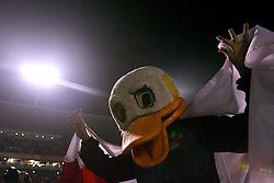 Um mascote vestido com uma cabeça de Pato lembra o jogador Alexandre Pato momentos antes da final da Recopa Sul-Americana, no estádio Beira Rio, em Porto Alegre 07 de junho de 2007 FOTO: Jefferson Bernardes/Preview.com
