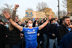 © Licensed to London News Pictures. 20/04/2021. London, UK. Fans celebrate outside Stamford Bridge in West London after it was announced the club would be applying to withdraw from the European Super League. There has been widespread hostility towards proposals for a new elite league of European football clubs, which opponents say will kill competition and damage the sport. Photo credit: Ben Cawthra/LNP