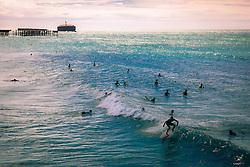 Surfistas na Praia de Iracema visto a partir da Ponte dos Ingleses, também conhecida como Ponte Metálica, inaugurada em 1923, em Fortaleza - CE. FOTO: Jefferson Bernardes/ Agência Preview