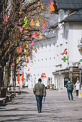 14.04.2020, Zell am See, AUT, Coronavirus in Österreich, im Bild Menschen in der Fussgänger Zone nach der Quarantäne während der Coronavirus Pandemie // People in the pedestrian zone after the quarantine period during the World Wide Coronavirus Pandemic in Zell am See, Austria on 2020/04/14. EXPA Pictures © 2020, PhotoCredit: EXPA/ JFK