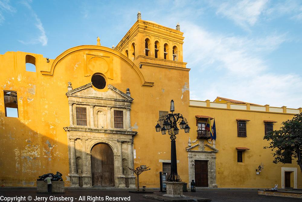 Imposing Iglesia Santo Domingo - church of Santo Domingo - dominates the Plaza de Santo Domingo, Old City, Cuidad Vieja, Cartagena, Colombia.