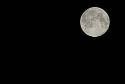 09-08-2014 NED: Supermaan goed te zien ondanks bewolking, Maarssen<br /> Op zaterdagavond 9 augustus 2014 is de maan maar liefst 30% groter dan normaal. Deze zogenaamde supermaan was vanuit Maarssen goed te zien. De maan staat vanavond 356895 kilometer van de aarde. Normaal gesproken zou het op 9 augustus volle maan zijn, maar de supermaan is groter en helderder.