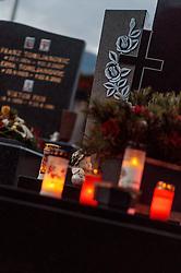 THEMENBILD - brennende Kerzen und ein Kreuz auf einem Grab. Am 1. November, gedenken Katholiken aller Menschen, die in der Kirche als Heilige verehrt werden. Das Fest Allerseelen am darauf folgenden 2. November, ist dem Gedaechtnis aller Verstorbenen gewidmet, aufgenommen am 30.10.2016, Kaprun, Oesterreich // burning candles and a cross on a grave, on All Saints' Day 1st November, Catholics remember all people who are venerated as saints in the church. The festival Souls on the following second November is dedicated to the memory of all deceased, taken at the cemetery in Kaprun, Austria on 2016/10/30. EXPA Pictures © 2016, PhotoCredit: EXPA/ JFK