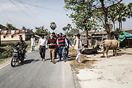 26022019. INDE. BIHAR. La caravane de la paix Karwan-e-Mohabbat. Harsh Minder, à l'origine de Karwan-e-Mohabbat (la caravane de l'amour), leader du collectif. Village d'Aziz Pur, près de la frontière avec le  Népal. Famille hindou de Manju Devi qui a perdu son fils Barthendur, 16 ans, tué par des musulmans qui le soupçonnaient d'entretenir une relation amoureuse avec une adolescente musulmane. Des chiens ont retrouvé son corps 10 jours après sa disparition dans un champ voisin, une main sortant de terre. (PHOTOS) En représailles, une foule d'hindous encerclent des maisons musulmanes et tuent 4 innocents dont Gulam Ginali, 16 ans, fils de Zahida Khatoon.