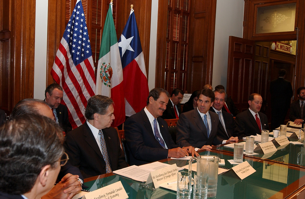 November 6, 2003 Austin, TX Mexico President Vincente Fox visits the Texas State Capitol where he and Governor Rick Perry discuss water rights, immigration and other border issues common to Texas and Mexico.  ©Bob Daemmrich