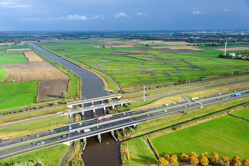 Nederland, Noord-Brabant, Gemeente Moerdijk, 23-10-2013; Infrabundel, combinatie van autosnelweg A16 gebundeld met de spoorlijn van de HSL en de reguliere spoorlijn Dordrecht-Breda. Kruising met rivier de Mark.  <br /> Combination of motorway A16, the HST railroad and regular railroad, Brabant (southern Netherlands)<br /> luchtfoto (toeslag op standard tarieven);<br /> aerial photo (additional fee required);<br /> copyright foto/photo Siebe Swart