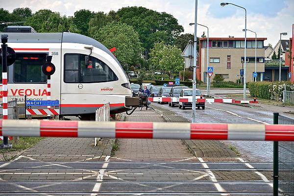 Nederland, Venlo, 20-5-2015Hoek over de spoorwegovergang bij de Vierpaardjes en de Broekestraat die een groot deel van de dag gesloten is vanwege het drukke treinverkeer.Een rijdende, trein van vervoerder Veolia transport. Het bedrijf verzorgt de treinverbinding tussen Nijmegen en Roermond in Limburg. FOTO: FLIP FRANSSEN/ HOLLANDSE HOOGTE