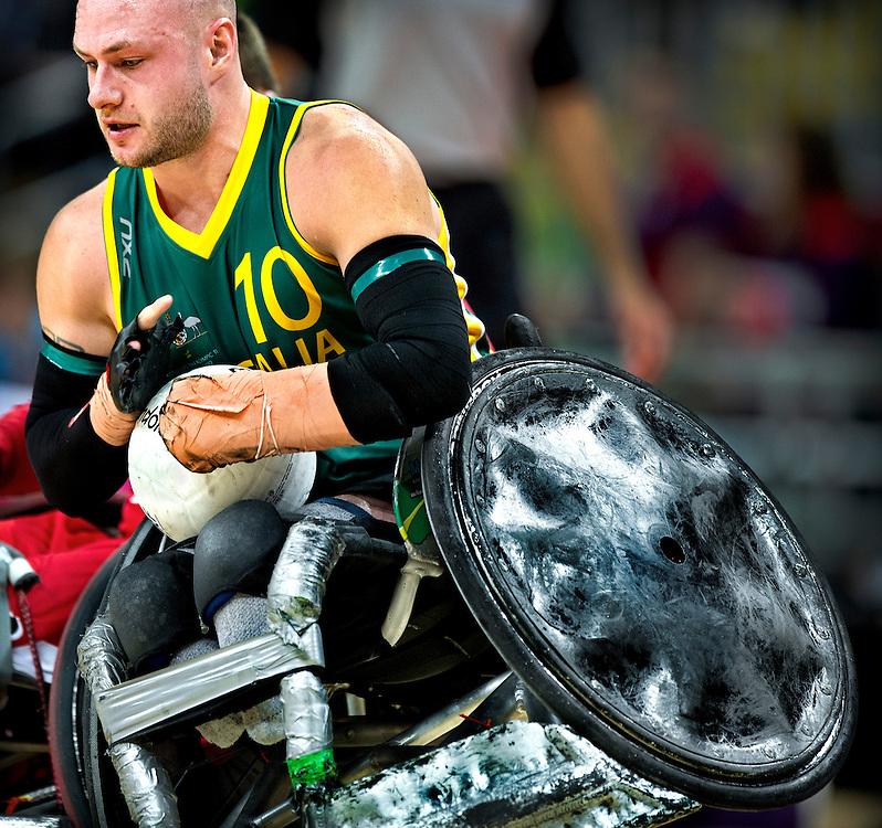 Groot-Brittannie, Londen, 05-09-2012.<br /> Paralympics.<br /> Rolstoelrugby, Mannen, Poulewedstrijd.<br /> Australie - Canada.<br /> Chris Bond van Australie probeert op volle kracht door de verdediging van Canada heen te breken.<br /> Foto : Klaas Jan van der Weij