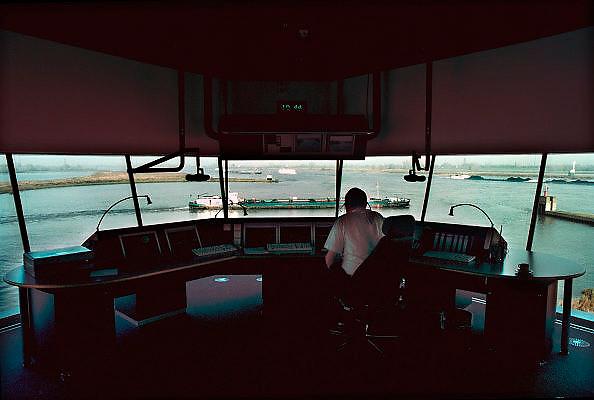 Nederland, Nijmegen, 5-11-2002 De Walvis, nieuwe verkeerspost van rijkswaterstaat om het binnenscheepvaartverkeer op de waal te begeleiden.De radarbeelden zien tot aan lobith. De sluis van Weurt is met video te controleren. Transport, veiligheid, logistiek, economie. ..Foto: Flip Franssen/Hollandse Hoogte