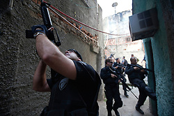 Forças especiais do exército e das polícias invadem a favela do Morro do Alemão em 28 de novembro de 2010 no Rio de Janeiro, Brasil. Após dias de preparação, forças de segurança do Brasil, lançaram um ataque contra uma favela, onde entre 500 e 600 traficantes de drogas estão escondidos e recusam a se render. Cerca de 2.600 tropas aerotransportadas, marines e membros das unidades de elite da polícia participaram da operação como alvo um grupo de favelas sem lei conhecido como Complexo de Alemão. FOTO: Jefferson Bernardes/Preview.com