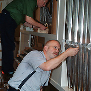 Orgelbouwer Jan Koelewijn aan het werk met een collega in de Zenderkerk Huizen