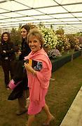 Esther Rantzen, Chelsea Flower Show. 19 May 2003. © Copyright Photograph by Dafydd Jones 66 Stockwell Park Rd. London SW9 0DA Tel 020 7733 0108 www.dafjones.com