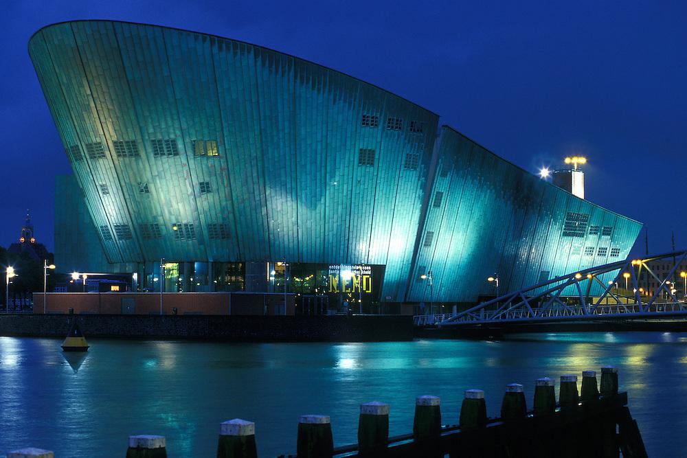 Holanda. Amsterdam..Vista nocturna del Miuseo NEMO..© JOAN COSTA...