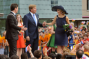 Zijne Majesteit Koning Willem Alexander en Hare Majesteit Koningin Máxima bezoeken de provincie Limburg <br /> <br /> His Majesty King Willem Alexander and Máxima Her Majesty Queen visits the province of Limburg<br /> <br /> Op de foto / On the photo:  Aankomst van de Koning en Koningin op het Pancratiusplein in Heerlen. Op het Pancratiusplein vindt er een doorlopend cultureel programma plaats. //// Arrival of the King and Queen on the Pancratiusplein in Heerlen. On the Pancratiusplein find an ongoing cultural program instead.