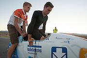 Sebastiaan Bowier van het Human Power Team Delft en Amsterdam stapt in de VeloX3 tijdens de eerste race van de WHPSC. In Battle Mountain (Nevada) wordt ieder jaar de World Human Powered Speed Challenge gehouden. Tijdens deze wedstrijd wordt geprobeerd zo hard mogelijk te fietsen op pure menskracht. Ze halen snelheden tot 133 km/h. De deelnemers bestaan zowel uit teams van universiteiten als uit hobbyisten. Met de gestroomlijnde fietsen willen ze laten zien wat mogelijk is met menskracht. De speciale ligfietsen kunnen gezien worden als de Formule 1 van het fietsen. De kennis die wordt opgedaan wordt ook gebruikt om duurzaam vervoer verder te ontwikkelen.<br /> <br /> Sebastiaan Bowier of the Human Power Team gest in the VeloX3 for the first race of the WHPSC. In Battle Mountain (Nevada) each year the World Human Powered Speed Challenge is held. During this race they try to ride on pure manpower as hard as possible. Speeds up to 133 km/h are reached. The participants consist of both teams from universities and from hobbyists. With the sleek bikes they want to show what is possible with human power. The special recumbent bicycles can be seen as the Formula 1 of the bicycle. The knowledge gained is also used to develop sustainable transport.