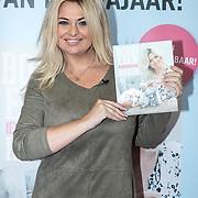 NLD/Utrecht/20171101 - Presentatie Boek van Bobbi Eden - Iedereen kan Haken,  Bobbi Eden met haar eerste haakboek