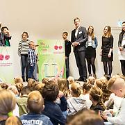 NLD/Baarn/20171010 - Laurentien aanwezig bij Dag van de Duurzaamheid, Prinses Laurentien overhandigt het boek aan Marcel Beukeboom