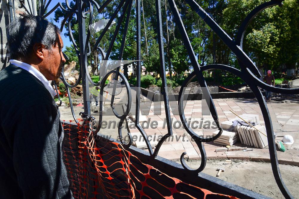 Zinacantepec, México.- Trabajadores llevan a cabo la rehabilitación de la explanada del ex Convento Franciscano y Parroquia San Miguel Arcángel, ubicada en la cabecera municipal de Zinacantepec, un lugar de atracción turística.  Agencia MVT / Crisanta Espinosa.