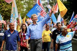 O candidato à reeleição pelo PDT em Porto Alegre, José Fortunati, durante caminhada no Jardim Leopoldina. FOTO: Jefferson Bernardes/Preview.com