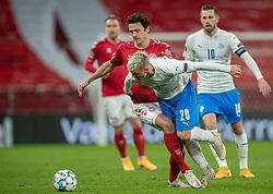 Thomas Delaney (Danmark) bremser Albert Guðmundsson (Island) under kampen i Nations League mellem Danmark og Island den 15. november 2020 i Parken, København (Foto: Claus Birch).