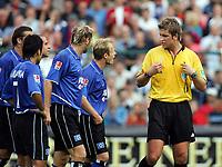 Fotball<br /> Tyskland 2004/05<br /> DFP Pokal<br /> Paderborn v Hamburger SV 4-2<br /> 21. august 2004<br /> Foto: Digitalsport<br /> NORWAY ONLY<br /> Skandaledommer Robert Hoyzer får kjeft av HSV-spillerne Mahdavikia, Beinlich, Barbarez, David Jarolim