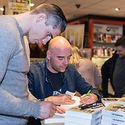 NLD/Amsterdam/20171222 - Signeersessie Rico Verhoeven en Leon Verdonschot, Rico Verhoeven en Leon Verdonschot signeren een boek