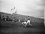 11/09/1960<br /> 09/11/1960<br /> 11 September 1960<br /> Soccer International Ireland v Iceland at Dalymount Park, Dublin. Jack Fitzgerald (right left) fails to stop the ball going over the goal-line in a race with Guomannsson, Iceland's left back.