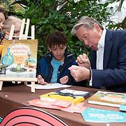 NLD/Amsterdam/20200220 - Bn'ers bij  aftrap campagne Lees voort!, Hans Kazan doet een magic truc voor