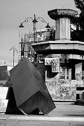 Taranto, città vecchia in Piazza Fontana, l'antico ed il moderno convivono.