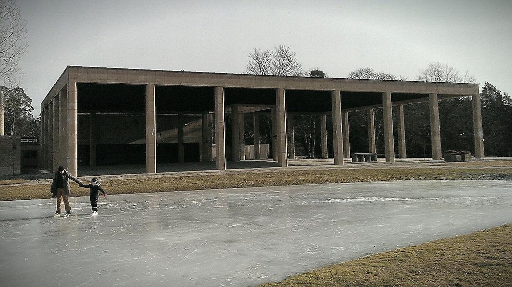 Dammen vid Heliga korsets kapell på Skogskyrkogården vintertid.