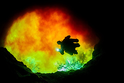 Taucher in Devils Eye mit Rotem Wasser aus Sata Fe River, Quelltopf bei Ginnie Spring, Scuba diver in Devils Eye with red water from Santa Fe River, swelling pot near Ginnie Spring, High Springs, Gilchrist County, Florida, USA, United States, Februar 2014