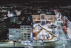 THEMENBILD - das Befreiungsdenkmal am Eduard-Wallnöfer-Platz (vormals Landhausplatz) mit den Lichtern der nächtlichen Stadt, aufgenommen am 22. Jänner 2021 in Innsbruck, Oesterreich // the Liberation Monument at Eduard Wallnoefer Platz (former Landhausplatz) with the lights of the city at night in Innsbruck, Austria on 2021/01/22. EXPA Pictures © 2021, PhotoCredit: EXPA/ JFK