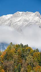 THEMENBILD - herbstlich gefärbte Bäume vor einer Gebirgskette an einem sonnigen Herbsttag, aufgenommen am 22. Oktober 2015, Baumkirchen, Österreich // autumnal trees in front of a mountain range on a sunny Autumn Day, Baumkirchen, Austria on 2015/10/22. EXPA Pictures © 2015, PhotoCredit: EXPA/ Jakob Gruber
