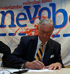 12-05-2005 VOLLEYBAL: TEAMPRESENTATIE: AMSTELVEEN<br /> Onderteking sponsorcontract Diamant - Hans Nieukerke<br /> ©2005-WWW.FOTOHOOGENDOORN