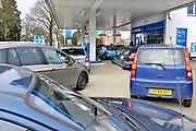 Nederland, Kranenburg, 25-2-2017 Drukte bij de Aral benzinepomp in Duitsland. Door het prijsverschil met de brandstoffen in Nederland gaan veel mensen in de grensregio even de grens over om te taknen bij een Duitse pomp. Foto: Flip Franssen