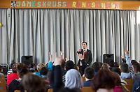 """DEU, Deutschland, Germany, Berlin, 16.11.2011:<br />Cem Özdemir, Bundesvorsitzender von BÜNDNIS 90/DIE GRÜNEN, liest im Rahmen der 4. Langen Nacht des Buches vor Schülern der James-Krüss-Grundschule in Moabit aus seinem Jugendbuch """"Die Türkei: Politik, Religion, Kultur""""."""