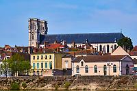 France, Saône-et-Loire (71), Chalon-sur-Saône, quai de la Poterne et la cathédrale Saint-Vincent, bâtie entre 1090 et 1520 // France, Saône-et-Loire (71), Chalon-sur-Saône, Saint-Vincent cathedral, build between 1090 and 1520