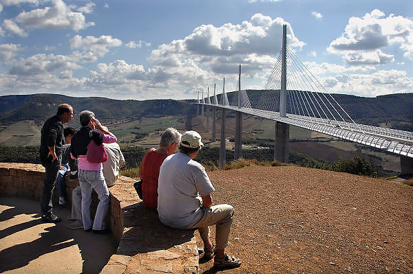 Frankrijk, Millau, 20-9-2008Het viaduct van Millau overspant het dal waar de rivier de Tarn doorheen loopt. Het verkeer hoeft niet meer door de stad te rijden. Het is een archtectonisch en technisch hoogstandje met pijlers hoger dan de Eiffeltoren en met een lengte van 2,5 kilometer.The viaduct of Millau spans the valley of the Tarn river runs through it. The traffic does not need anymore to drive through the city. It is a archtectonical and technical achievement, with pillars higher than the Eiffel Tower and a length of 2.5 kilometers. Ontwerp van Norman Foster.Foto: Flip Franssen