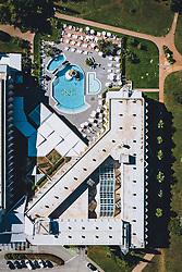 THEMENBILD - ein Hotelkompex mit Schwimming Pool aufgenommen am 05. Juli 2020 in Novigrad, Kroatien // a hotel complex with swimming pool in Novigrad, Croatia on 2020/07/05. EXPA Pictures © 2020, PhotoCredit: EXPA/ JFK