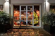 Nederland, Nijmegen, 24-12-2020 Lockdown in Nederland tijdens de dag voor kerstmis. De niet essentiele winkels zijn dicht. Kerstversiering hangt in de straten. Het is stil en leeg in de stad vlak voor kerstavond. Restaurants zoals Humphreys proberen nog wat omzet te halen uit take away maaltijden en het bezorgen aan huis met een fietskoerier . Foto: ANP/ Hollandse Hoogte/ Flip Franssen