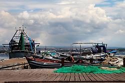 Pescatori preparano l'attrezzatura prima di uscire per mare.