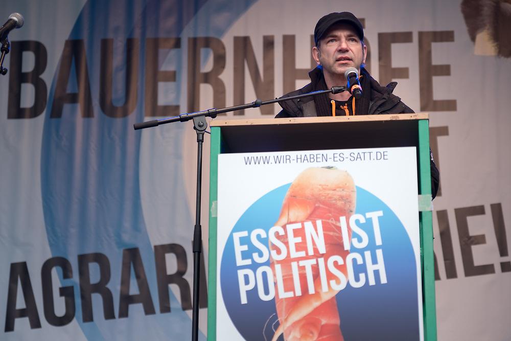 """Großdemonstration """"Wir haben es satt"""" anlässlich der Agrarmesse Grüne Woche: Mehrere zentausend Menschen protestieren in Berlin unter dem Motto """"Essen ist Politik!"""" für gesundes Essen, bäuerlich-ökologischere Landwirtschaft und fairen Handel. Ole Plogstedt, Gründer der Roten-Gourmet-Fraktion und bekannter Ferneshkoch spricht auf der Abschlusskundgebung.<br /> <br /> [© Christian Mang - Veroeffentlichung nur gg. Honorar (zzgl. MwSt.), Urhebervermerk und Beleg. Nur für redaktionelle Nutzung - Publication only with licence fee payment, copyright notice and voucher copy. For editorial use only - No model release. No property release. Kontakt: mail@christianmang.com.]"""