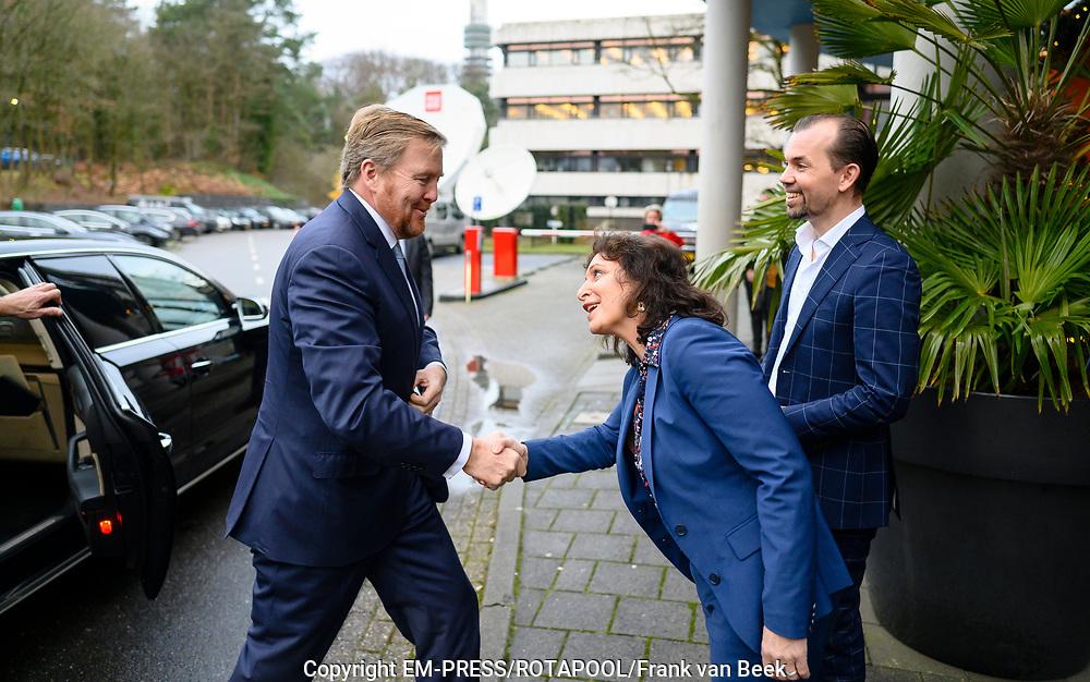 Koning Willem Alexander brengt een werkbezoek aan het Radiohuis van de Nederlandse Publieke Omroep (NPO) in Hilversum. Het bezoek staat in het teken van het medium radio, dat dit jaar in Nederland honderd jaar bestaat.<br /> <br /> Op de foto:   Koning Willem-Alexander en Shula Rijxman