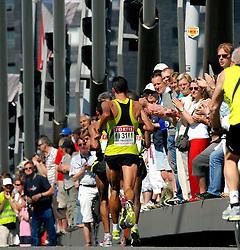 15-04-2007 ATLETIEK: FORTIS MARATHON: ROTTERDAM<br /> In Rotterdam werd zondag de 27e editie van de Marathon gehouden. De marathon werd rond de klok van 2 stilgelegd wegens de hitte en het grote aantal uitvallers / Koen Raymaekers op de Erasmusbrug<br /> ©2007-WWW.FOTOHOOGENDOORN.NL