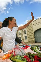 A senadora e candidata a presidencia da Republica pelo PSOL, Heloisa Helena beija mao de eleitor durante carreata no centro de Porto Alegre, nesta sexta-feira, 29 de setembro. FOTO: Jefferson Bernardes/Preview.com