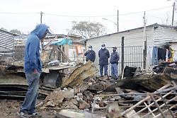 South Africa - Durban - 16 June 2020 -  Amaphoyisa SAPS eqaphe isimo kuhambele uNkk Nonhlanhla Khoza ungqongqoshe wokuthuthukiswa komphakathi emva kokusha kwemijondolo ngomsombuluko kwaMashu eThembalihle <br /> PICTURE :Bongani Mbatha /African News Agency (ANA)